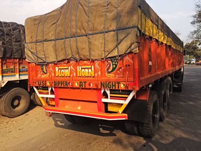 Indian truck with please horn sign on its rear